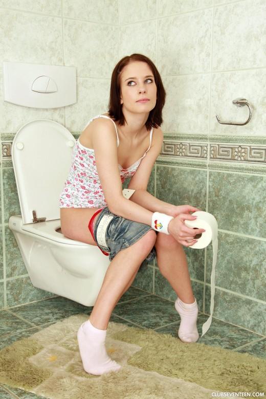 Вырезанные порно студентка в туалете жопы большими