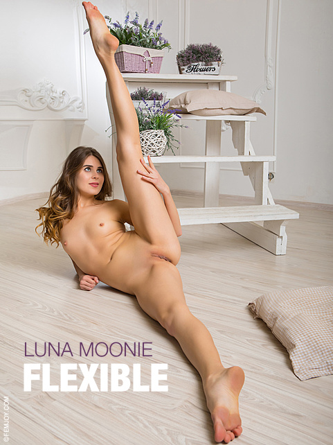 Luna Moonie in Flexible gallery from FEMJOY by Tom Leonard