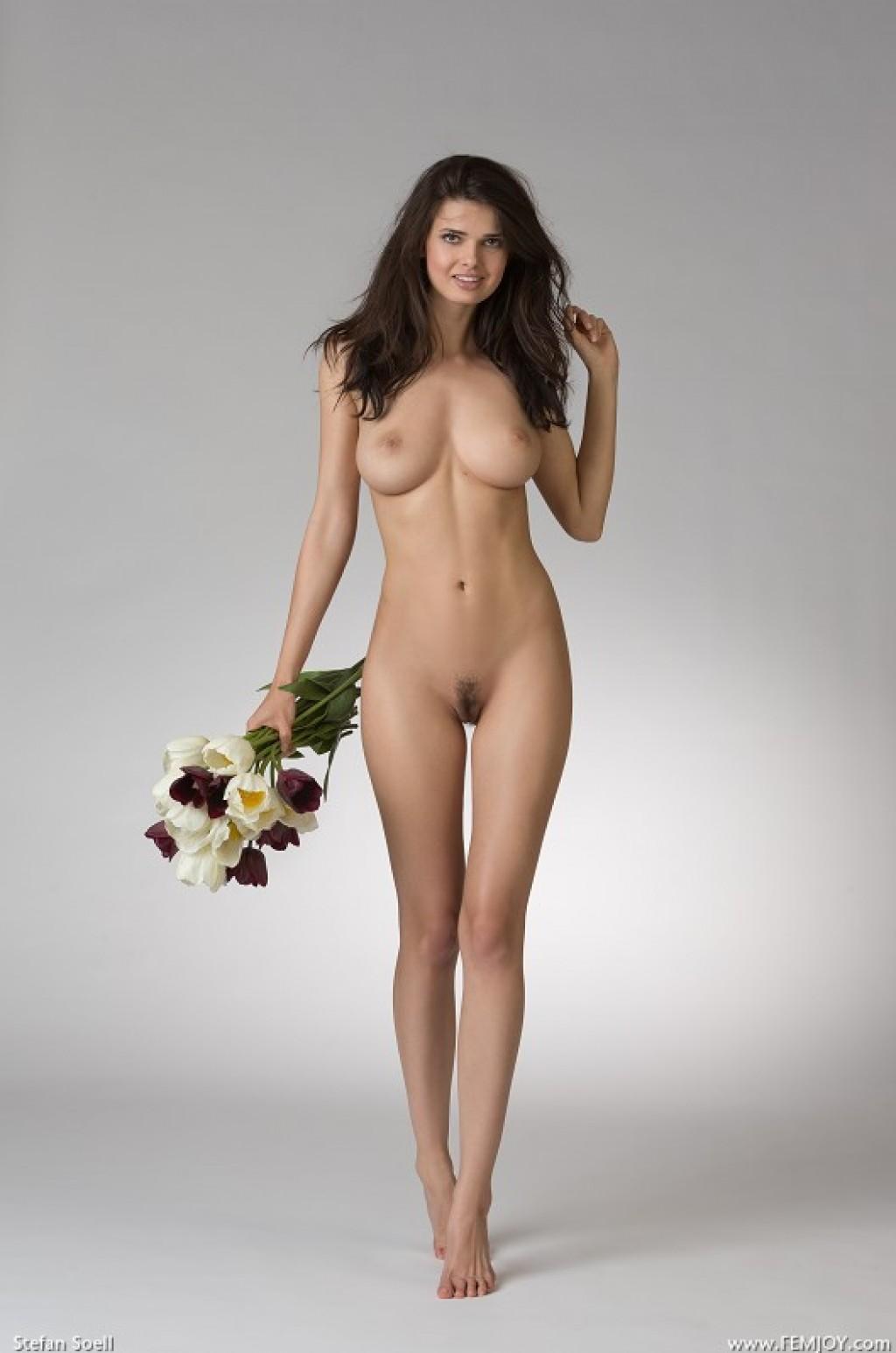Hermosa chica morena de colombia muestra su conjo perfecto - 2 part 1